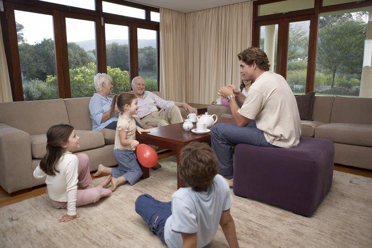 La comunicación efectiva es esencial para desarrollar un buen ambiente en la familia.