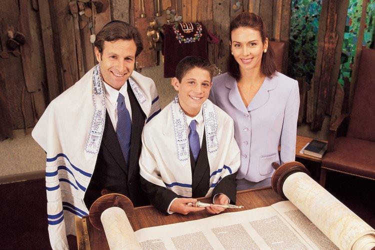Las mujeres suelen usar ropa de vestir en un templo judío.
