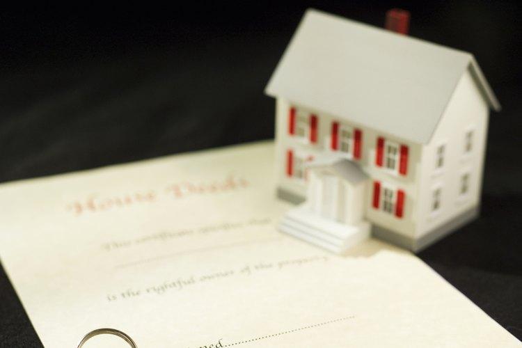 Paga al secretario la tasa, que debe ser pequeña y te entregará una copia certificada de la escritura.