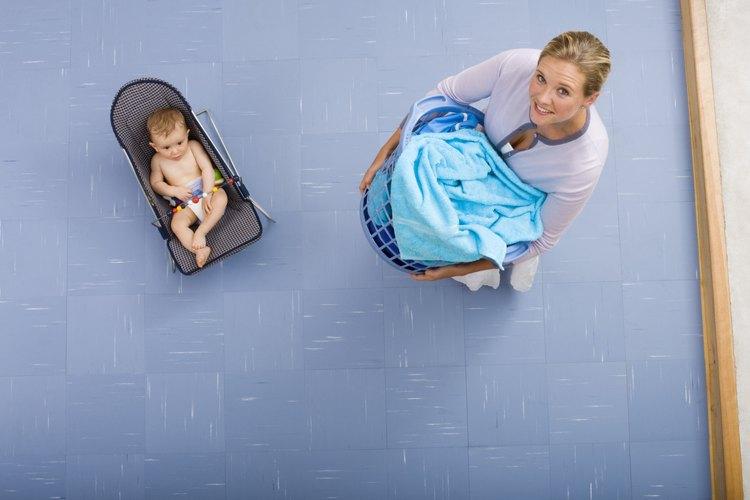 Un moisés puede ser usado como una cuna portátil para un infante durante el día.