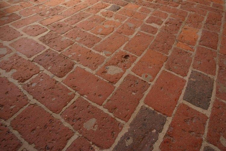 Los pisos de ladrillos viejos pueden ser revividos con cera o sellador.