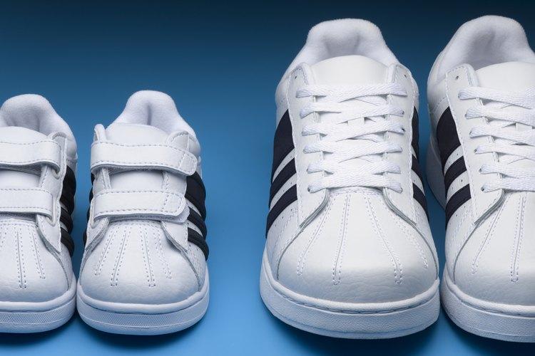 Ajusta la forma en que tus tenis se acomodan a tus pies sino ajustan de forma correcta.
