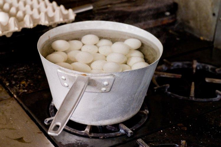 Colocar los huevos en agua fría antes de cocinarlos ayudará a que no se agrieten.
