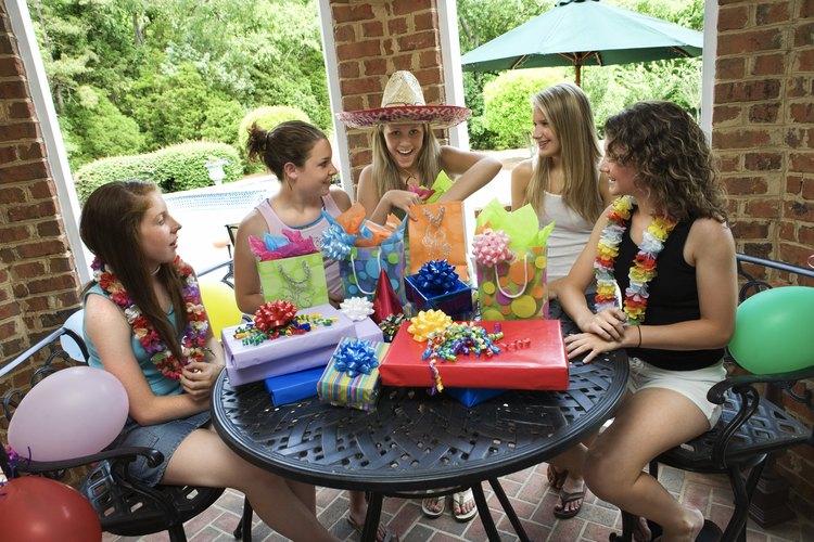 Celebra el cumpleaños decimotercero de tu hija con un tema que coincida con sus intereses.