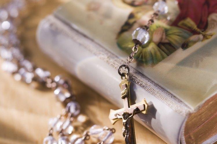 Incluye peticiones de oración al rezar el Rosario.