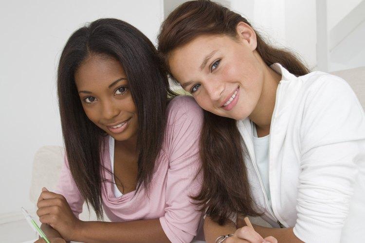 Permitir a tu adolescente que estudie con sus amigos puede ser beneficioso.