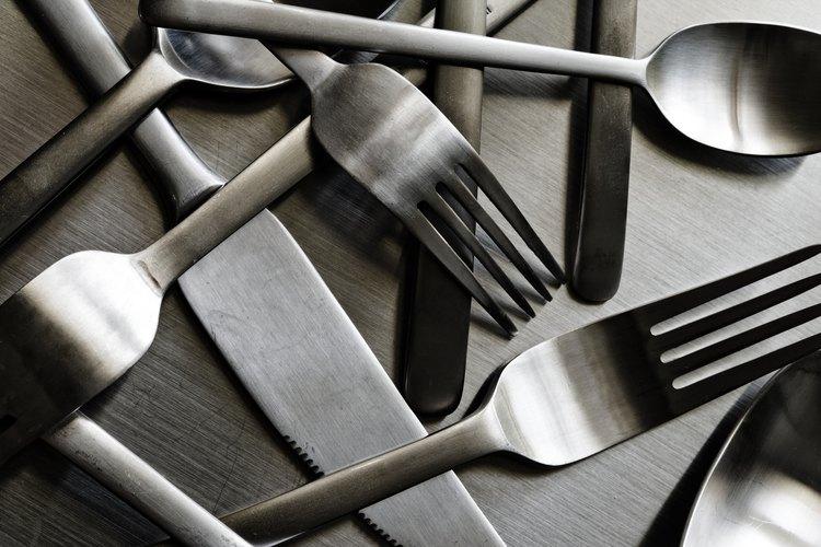 Algunos utensilios de mesa son los tenedores para ensalada, los cuchillos para pescado y las cucharas de postre.