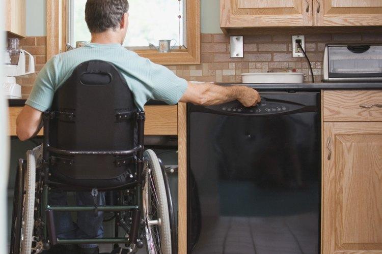 Una puerta del lavavajillas debe sellarse para lavar los platos correctamente.