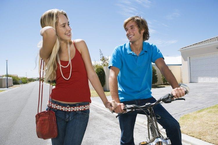 El estar saliendo les ayuda a los adolescentes a explorar sus valores e intereses.