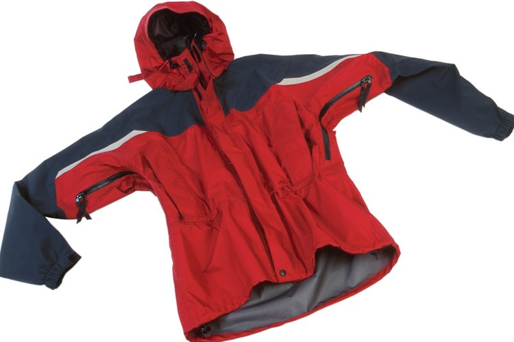Repara un hoyo en una chaqueta de nailon con un simple parche.