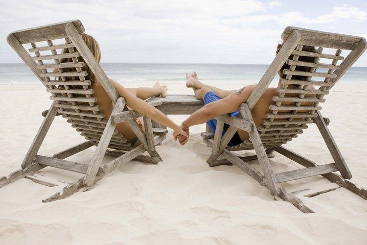 Ir de vacaciones a una playa romántica.