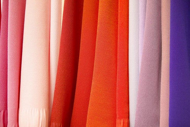 La artista de la tintura Paula Burch recomienda un producto llamado Retayne en su sitio web que está diseñado para ayudar a fijar el color de la tintura en la tela.
