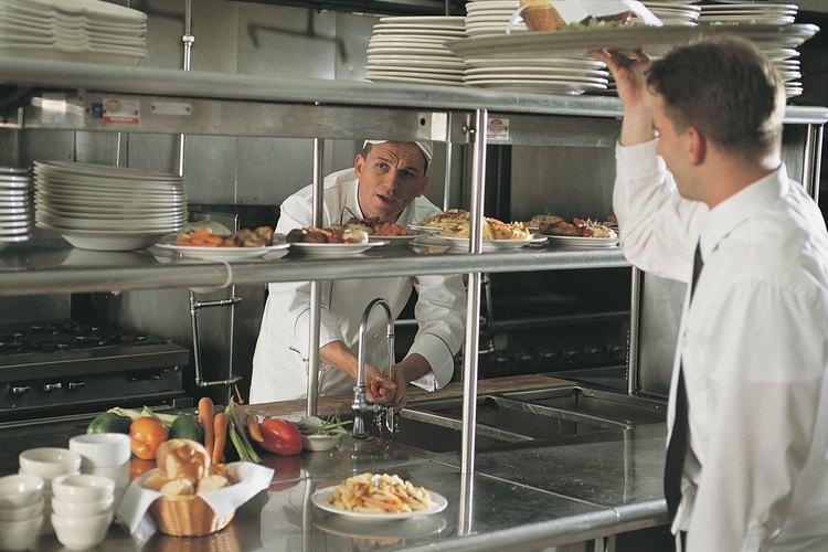 El hotel debe funcionar de acuerdo a las normas específicas de cada departamento, incluido el restaurante.