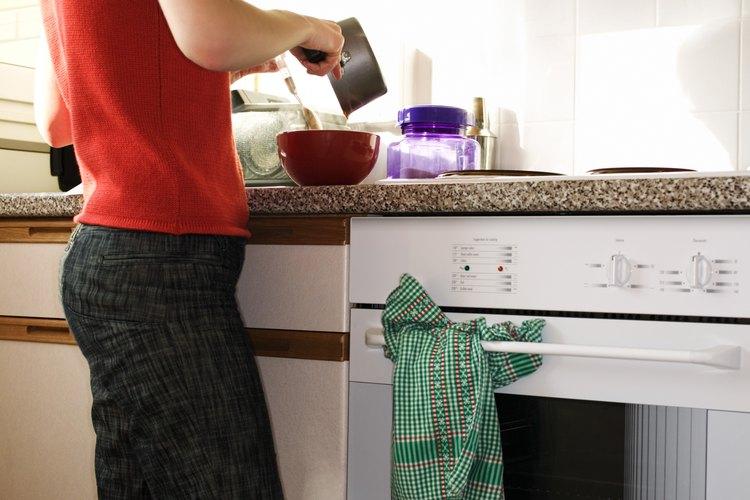 Cómo limpiar el área entre las capas de vidrio en la puerta del horno.