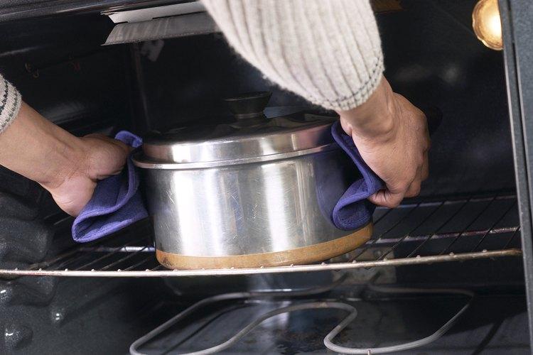Limpia lo quema de tu horno con algo más que el ciclo de autolimpieza.