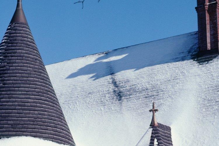 En general, los climas más fríos tienen pendientes más pronunciadas, para arrojar la nieve y el hielo, mientras que los lugares con mucho viento tienen inclinaciones más bajas.
