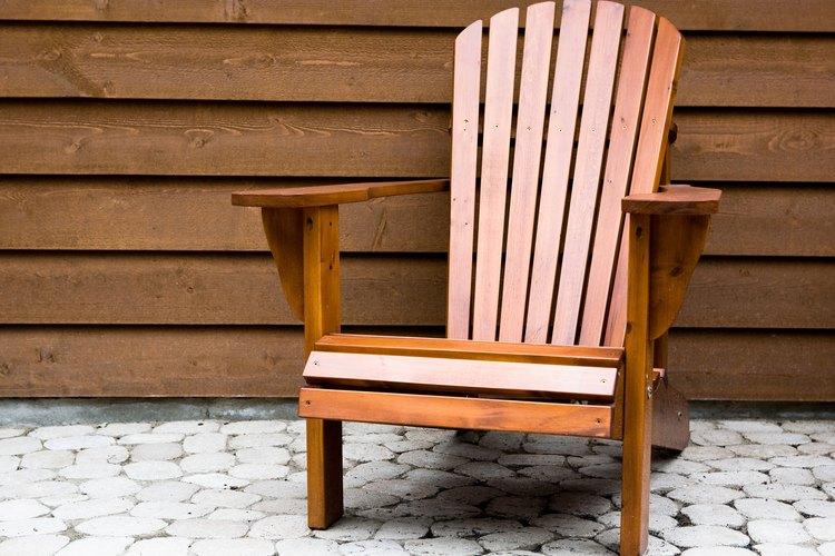 Pinta una silla Adirondack con pintura de látex.