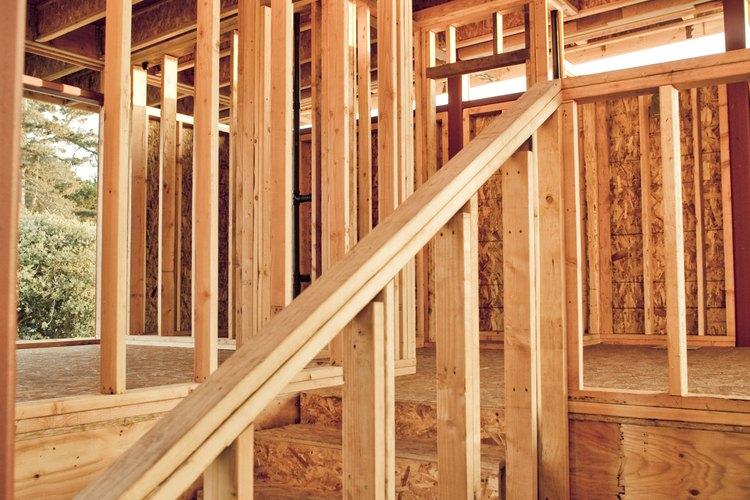 Un muro de media altura, o tabique, puede funcionar como una barandilla de escalera.