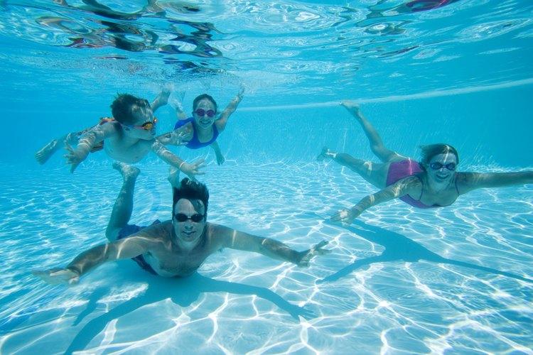 Una piscina brinda horas de diversión y entretenimiento para la familia.