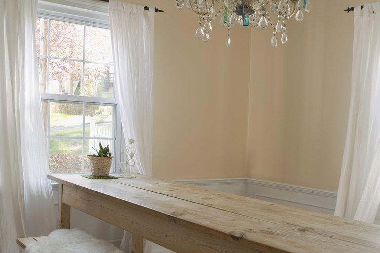 Unir un tema country con cortinas crea un cómodo comedor.