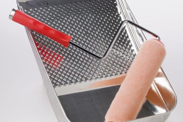 Vierte el adhesivo en una bandeja de pintura o un recipiente de plástico.
