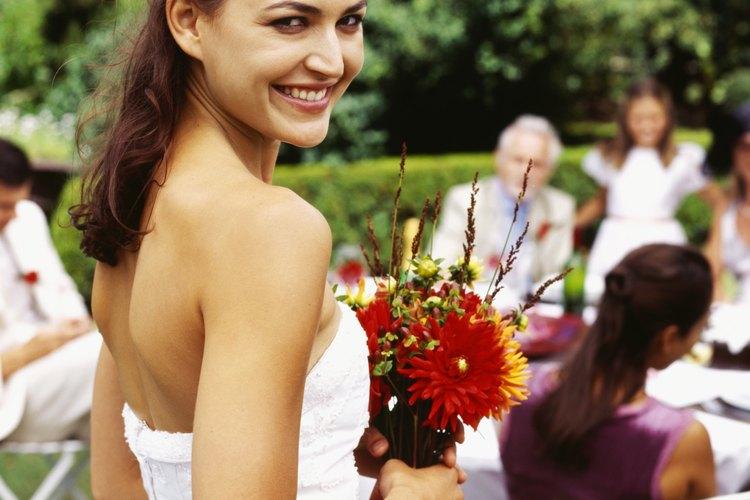 Una boda informal en el exterior permite unas opciones de comida menos formales.