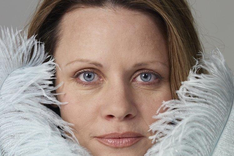 Un arreglo de plumas te ayudará a ocultar la estructura de sujeción de tu tocado.