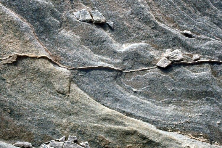 Las diferentes capas de roca son variablemente porosas y permeables.