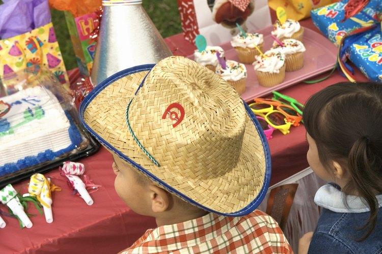 Las decoraciones con sombreros de vaquero son indispensables para tu fiesta infantil del oeste.