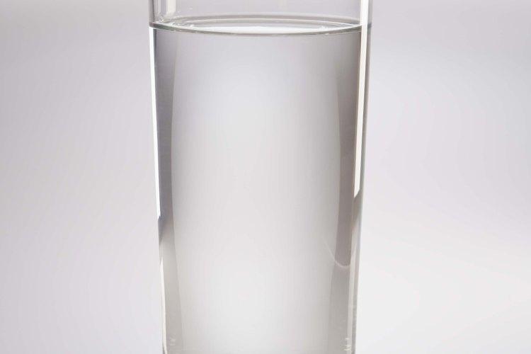 """La prueba """"del vaso de agua"""" es una forma sencilla de revisar la porosidad de tu cabello."""