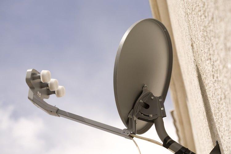 Los técnicos de instalación de servicios satelitales instalan antenas parabólicas y otros equipos relacionados.