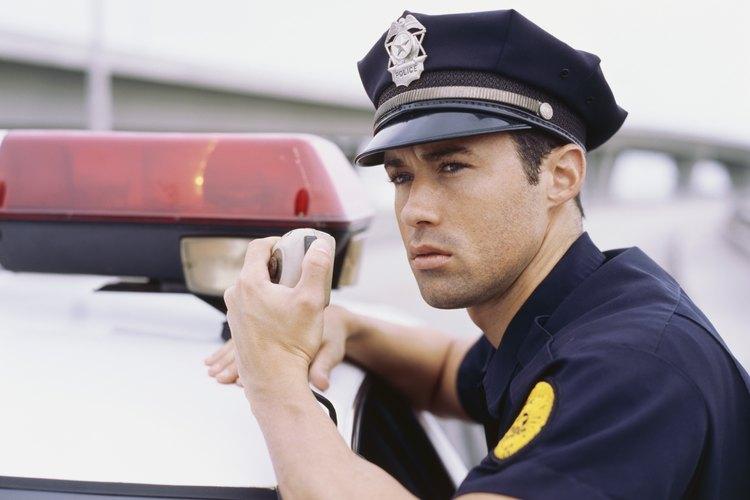 Oficial de policía en servicio.