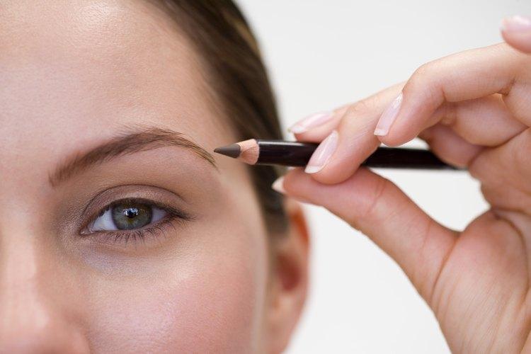Perfecciona tu aspecto con delineador en polvo o en forma de lápiz.