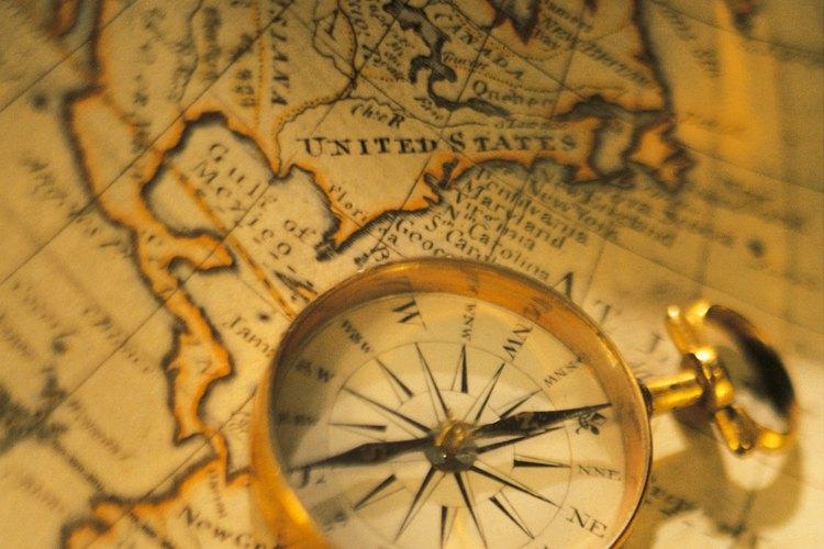 Brújula sobre un mapa para señalar el norte.