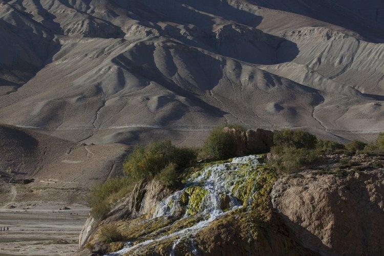 Una presa de travertino produjo una cascada en Band-e-Amin, Afganistan.