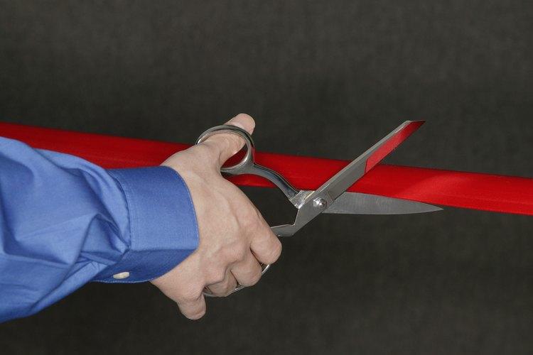 Una ceremonia de corte de cinta es una buena oportunidad para agradecer a los empleados y clientes.