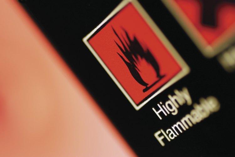 Las señales de altamente inflamable se publican cerca de materiales que pueden encenderse con facilidad.