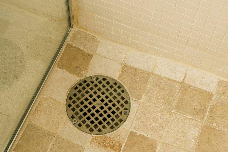 El agua se acumula en el drenaje más bajo en el sistema.