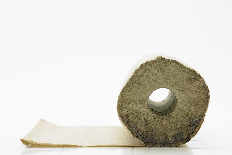 Usa toallas de papel para mantener el vinagre en contacto directo con tu fregadero.