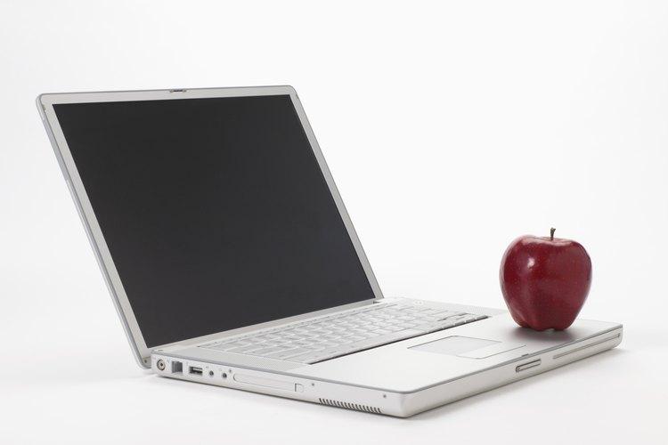 Lava las manzanas con agua fría. Pela y corta las manzanas. Debes cortarlas en anillos de 1/4 de pulgada (0,64 cm) de espesor.