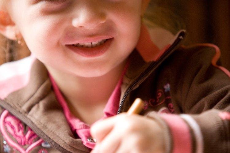 Podrás quitar manchas de marcador lavable sobre un papel importante que tu hijo pudo haber manchado por accidente.