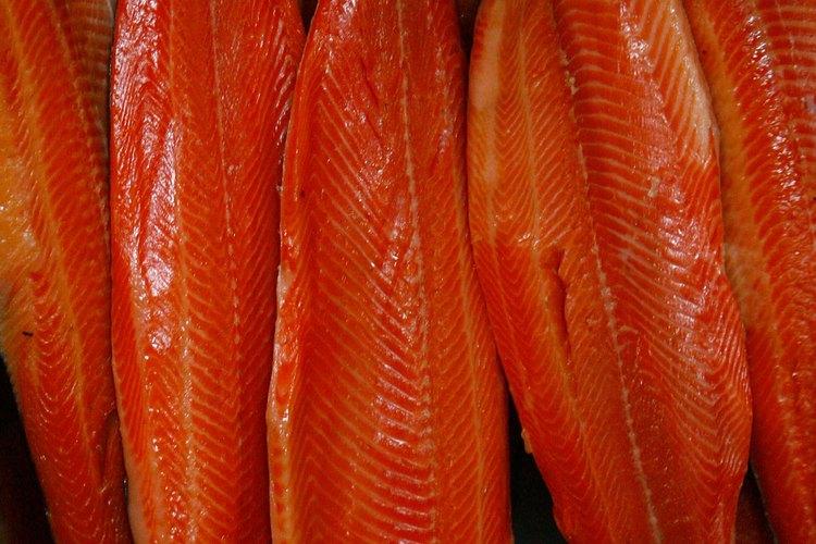 Salmones en proceso de ahumado