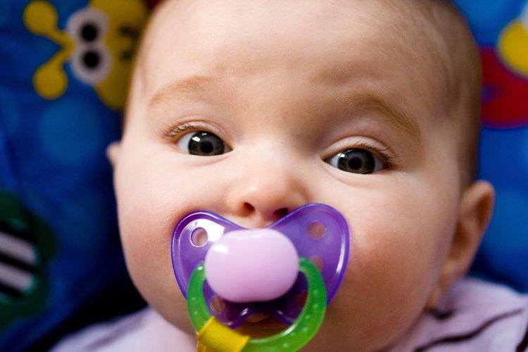 Usa un chupete para calmar a tu bebé a corto plazo.