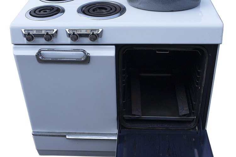 El papel aluminio puede usarse para atrapar derrames y goteo en los hornos eléctricos.
