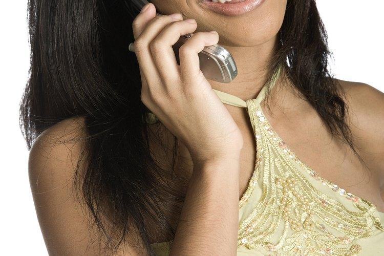 Respira profundamente para evitar sonar nerviosa al hablar con el chico que te gusta por teléfono.