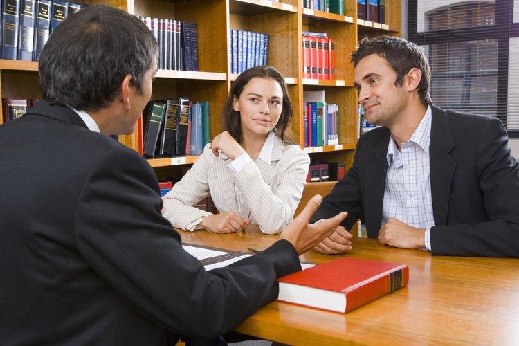 Filtrar la información confidencial puede terminar en un incumplimiento de contrato por parte del abogado.