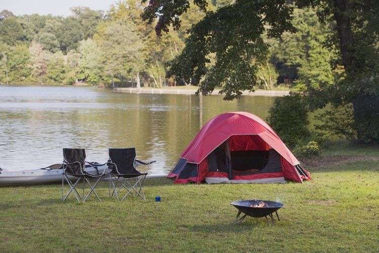 Consiéntete acampando al lado de un lago en el parque estatal Hamilton Branch.