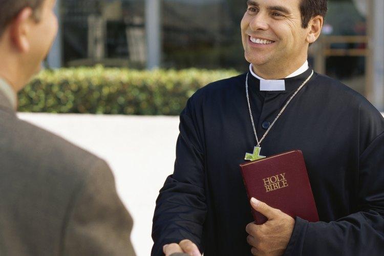 Ofrece saludos amistosos en la iglesia.
