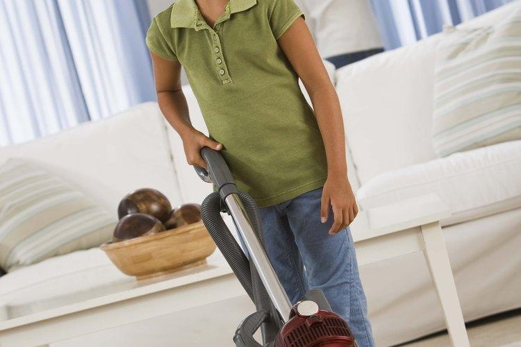 Haz que los niños ayuden con las tareas del hogar.