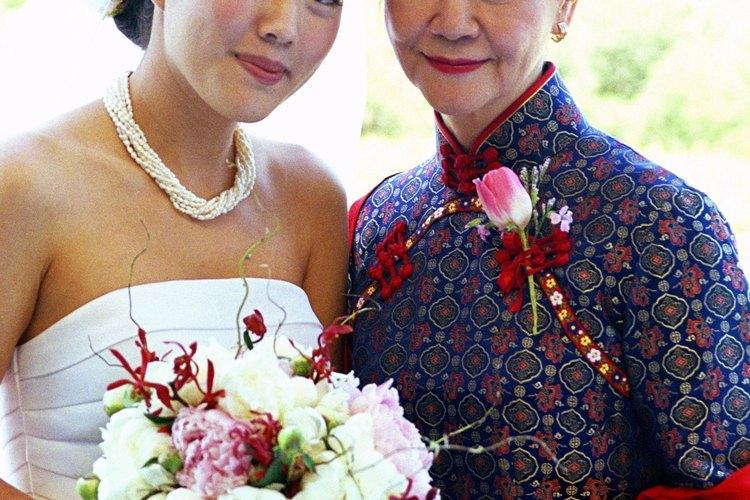 Cuando compre su vestido para la boda, la madre también debe tener en cuenta el gusto de la novia.